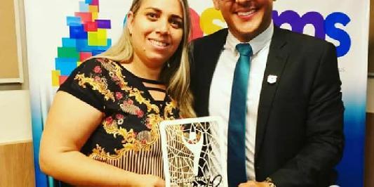SECRETÁRIA DE SAÚDE DE ITAPORÃ RECEBE PRÊMIO DO CONSEMS- TO